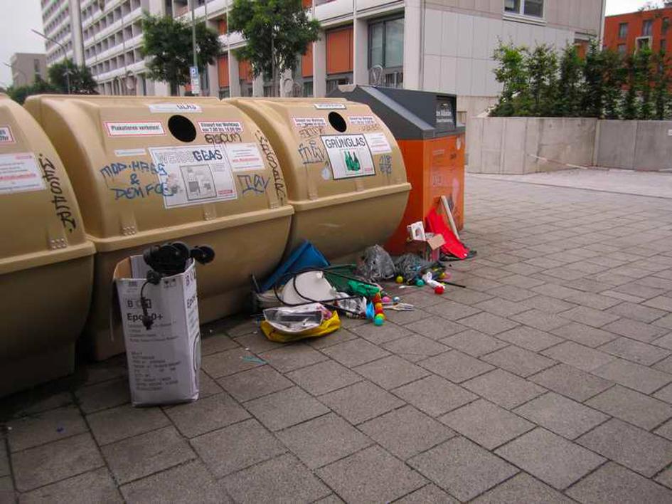 Containerstandplatz einen Tag nach der kompletten Reinigung